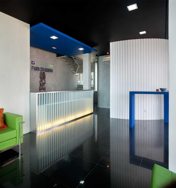 Foto inspirasi ide desain lobby minimalis Reception area oleh Atelier Cosmas Gozali di Arsitag