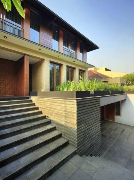 Foto inspirasi ide desain exterior tradisional Front-view oleh Atelier Prapanca di Arsitag