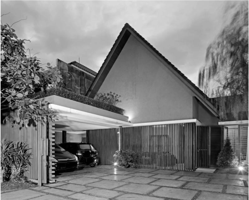 Foto inspirasi ide desain garasi Front view oleh Atelier Prapanca di Arsitag