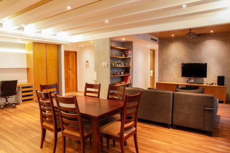 Foto inspirasi ide desain ruang makan industrial Dining room oleh DESIGN INTERVENTION di Arsitag