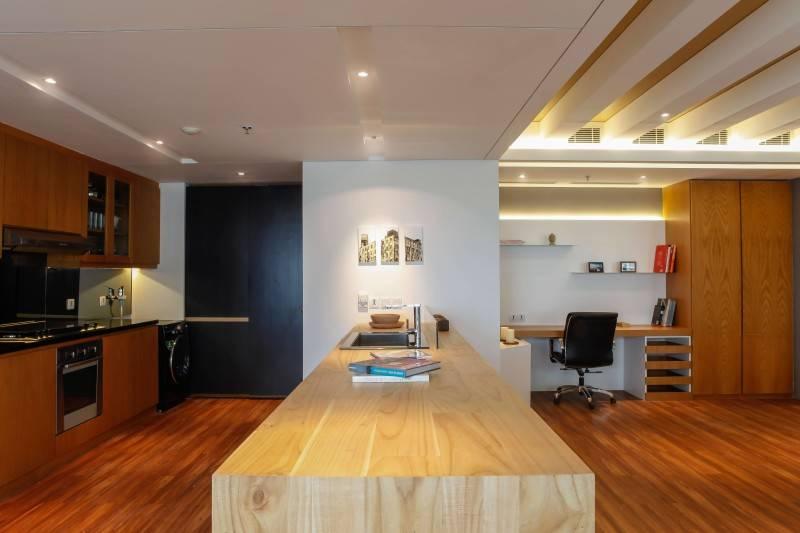 Foto inspirasi ide desain apartemen industrial Kitchen oleh DESIGN INTERVENTION di Arsitag