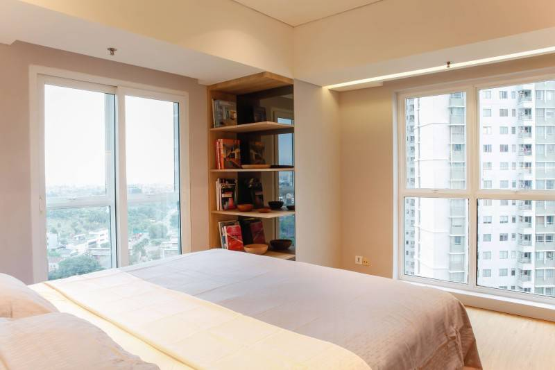 Foto inspirasi ide desain kamar tidur industrial Bedroom oleh DESIGN INTERVENTION di Arsitag