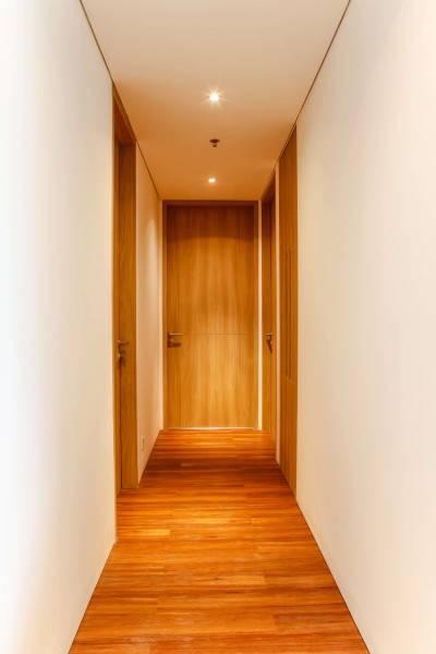 Foto inspirasi ide desain koridor dan lorong industrial Untitled-8-of-25 oleh DESIGN INTERVENTION di Arsitag