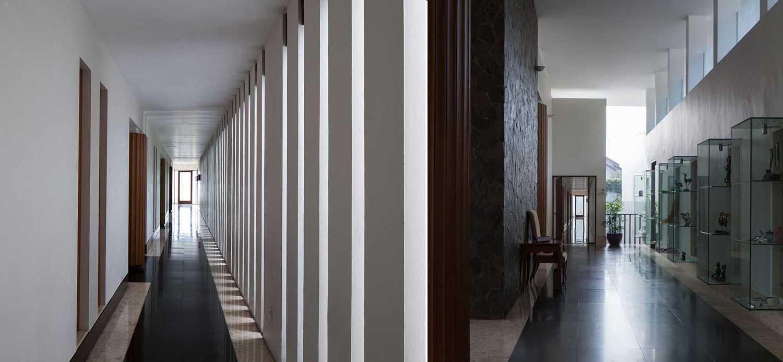 Foto inspirasi ide desain koridor dan lorong modern Corridor oleh Enviro Tec di Arsitag