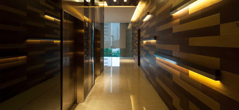 Foto inspirasi ide desain koridor dan lorong modern Lift area oleh Enviro Tec di Arsitag