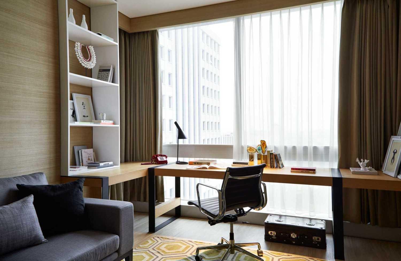 Foto inspirasi ide desain ruang belajar minimalis Workspace oleh Enviro Tec di Arsitag