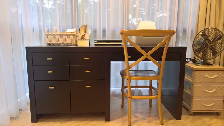 Foto inspirasi ide desain ruang kerja skandinavia Work desk oleh SASO Architecture Studio di Arsitag