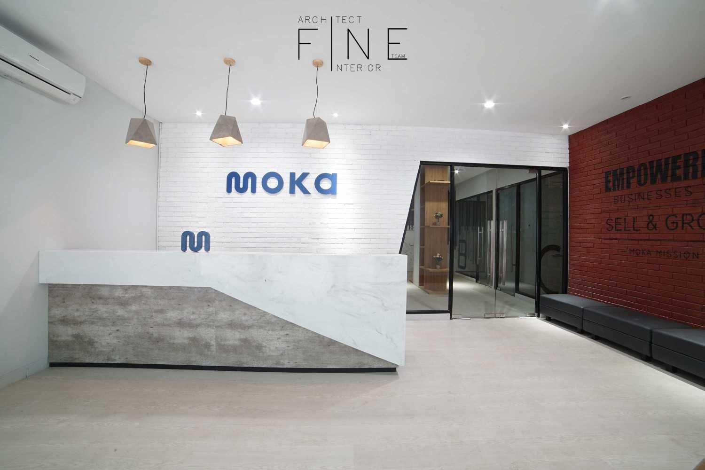 Foto inspirasi ide desain kantor industrial Reception area oleh Fine Team Studio di Arsitag