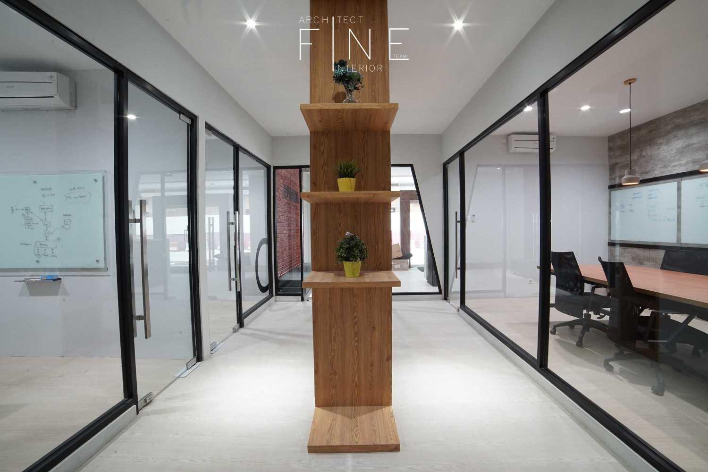 Foto inspirasi ide desain koridor dan lorong industrial Interior oleh Fine Team Studio di Arsitag