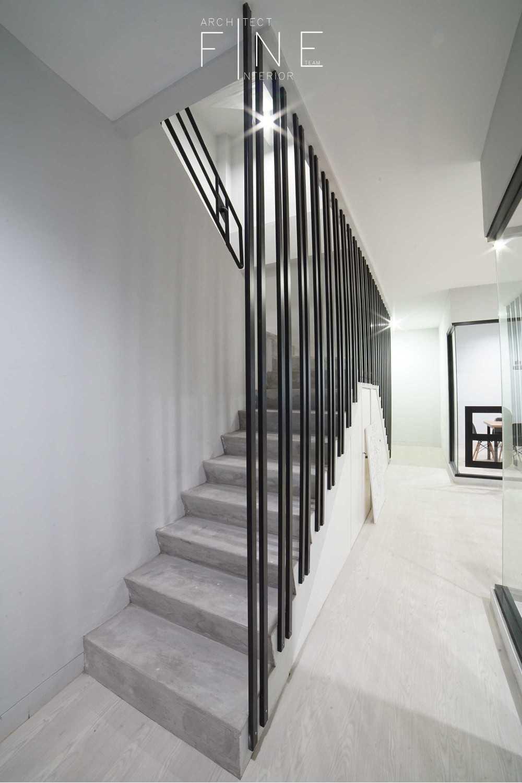 Foto inspirasi ide desain tangga industrial Stairs oleh Fine Team Studio di Arsitag