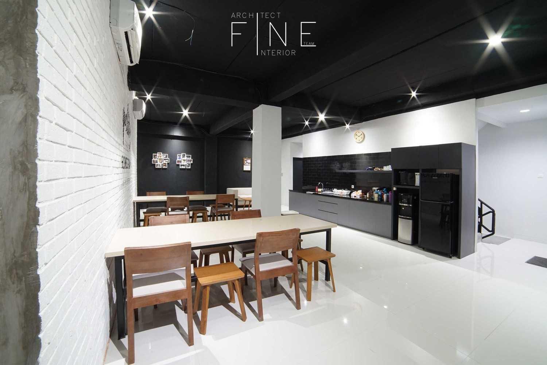 Foto inspirasi ide desain ruang makan industrial Pantry oleh Fine Team Studio di Arsitag