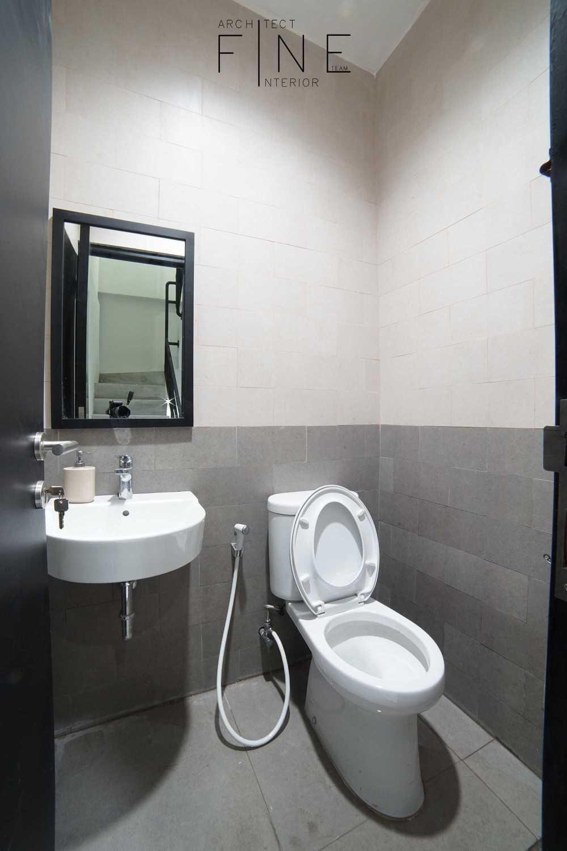 Foto inspirasi ide desain kamar mandi Toilet oleh Fine Team Studio di Arsitag