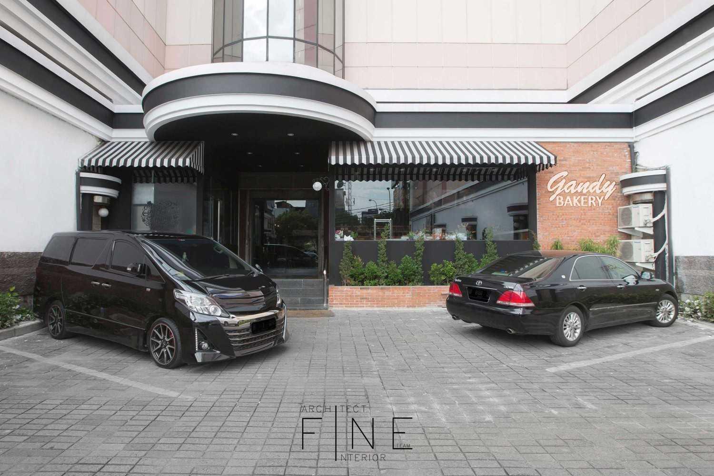 Foto inspirasi ide desain restoran industrial Front view oleh Fine Team Studio di Arsitag