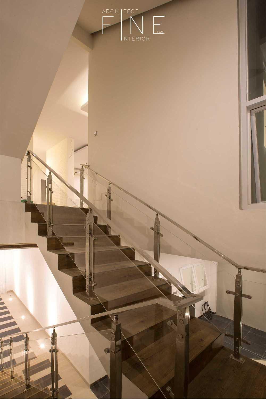 Foto inspirasi ide desain rumah modern Stairs oleh Fine Team Studio di Arsitag
