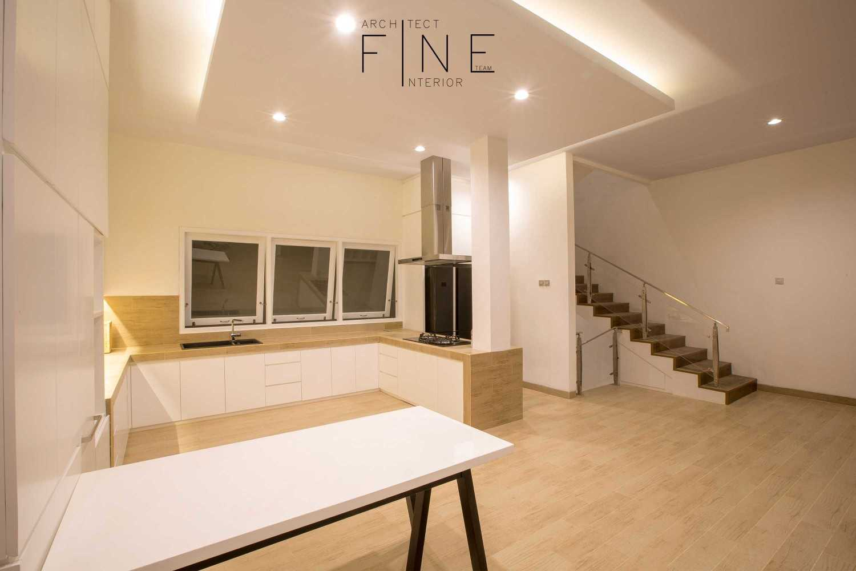 Foto inspirasi ide desain dapur minimalis Kitchen oleh Fine Team Studio di Arsitag