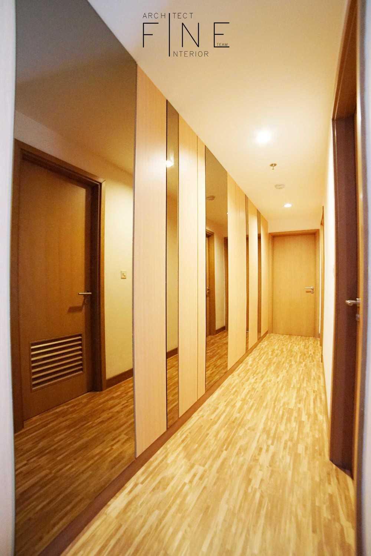Foto inspirasi ide desain koridor dan lorong klasik Corridor oleh Fine Team Studio di Arsitag