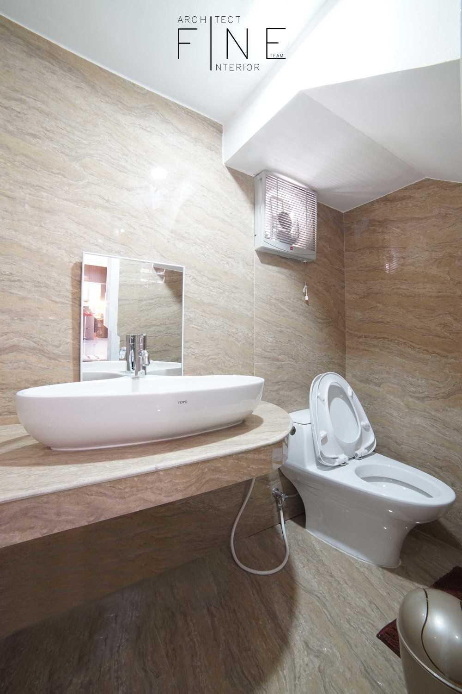 Foto inspirasi ide desain kamar mandi minimalis Permata mediterania residence - bathroom oleh Fine Team Studio di Arsitag