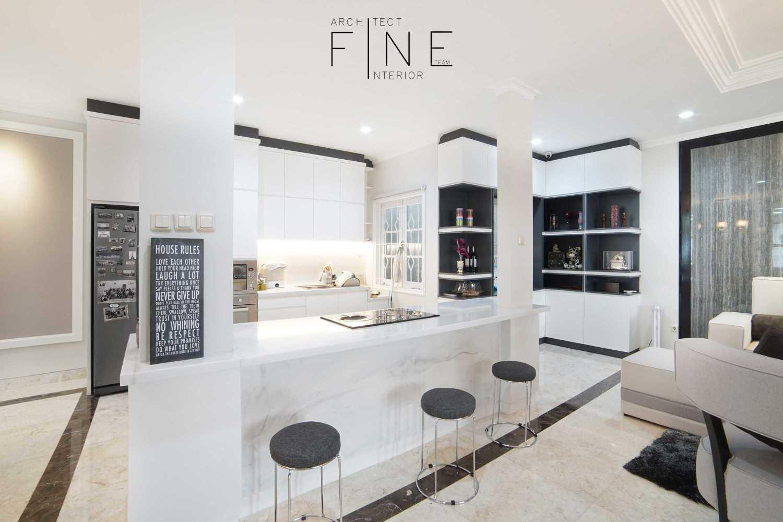 Foto inspirasi ide desain dapur modern 10residencekelapa-gading10 oleh Fine Team Studio di Arsitag