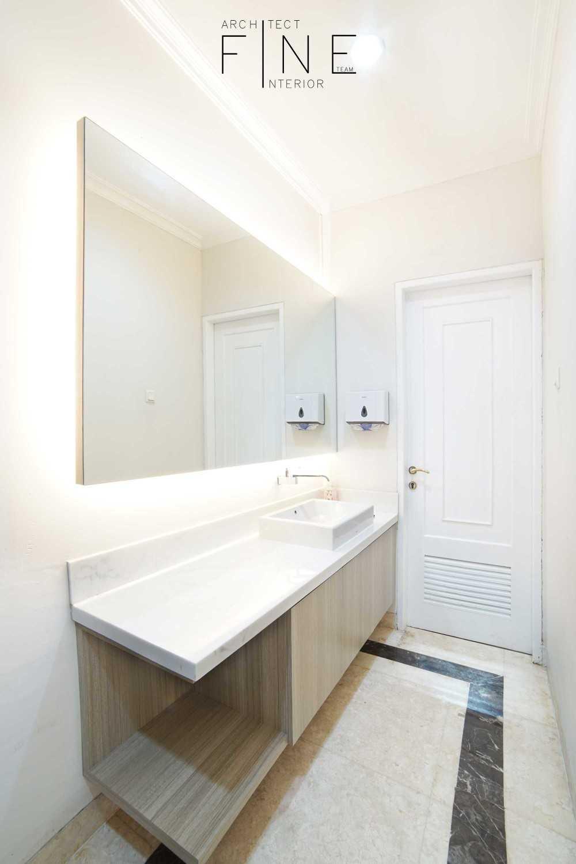 Foto inspirasi ide desain kamar mandi minimalis 10residencekelapa-gading16 oleh Fine Team Studio di Arsitag
