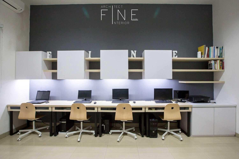 Foto inspirasi ide desain kantor kontemporer Workroom oleh Fine Team Studio di Arsitag
