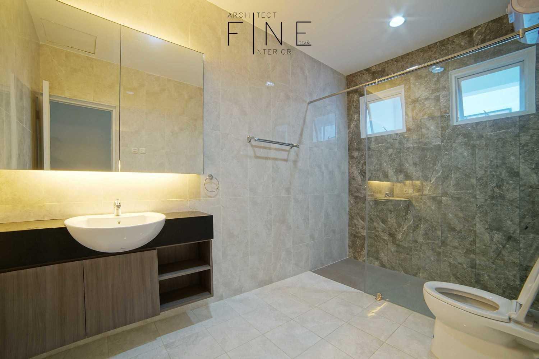 Foto inspirasi ide desain kamar mandi minimalis Bathroom oleh Fine Team Studio di Arsitag
