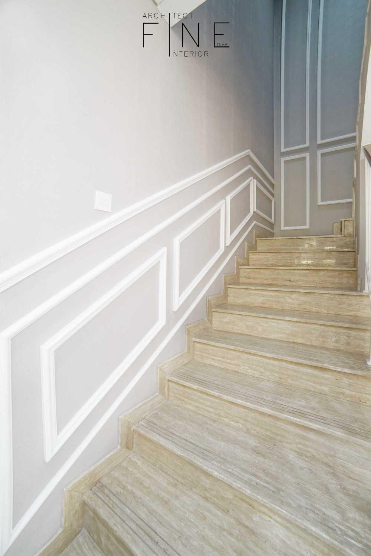 Foto inspirasi ide desain tangga klasik Staircase oleh Fine Team Studio di Arsitag