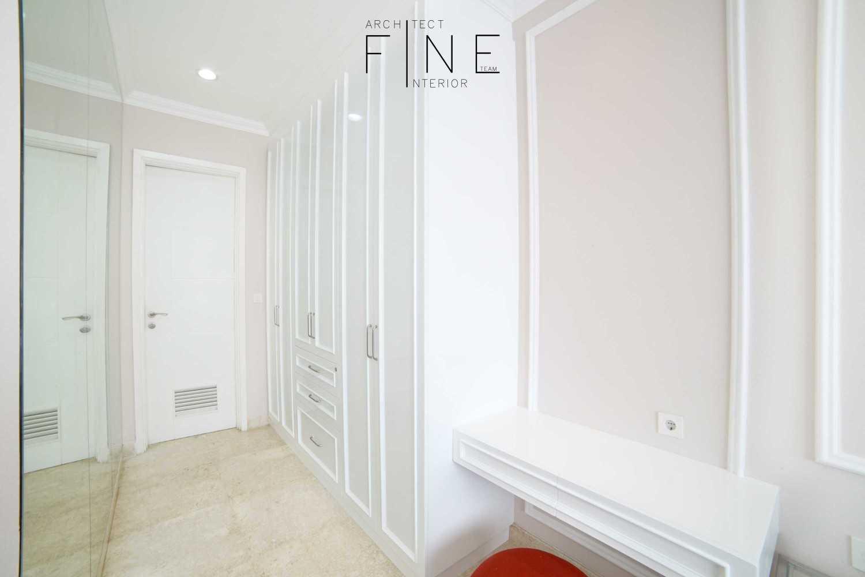 Foto inspirasi ide desain koridor dan lorong klasik Bedroom entrance oleh Fine Team Studio di Arsitag