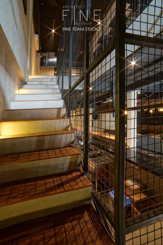 Foto inspirasi ide desain tangga industrial Staircase view oleh Fine Team Studio di Arsitag