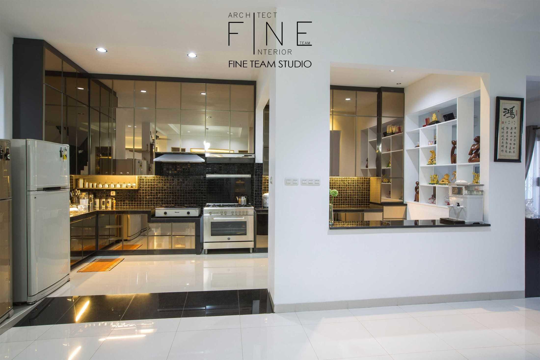 Foto inspirasi ide desain dapur kontemporer Kitchen view oleh Fine Team Studio di Arsitag