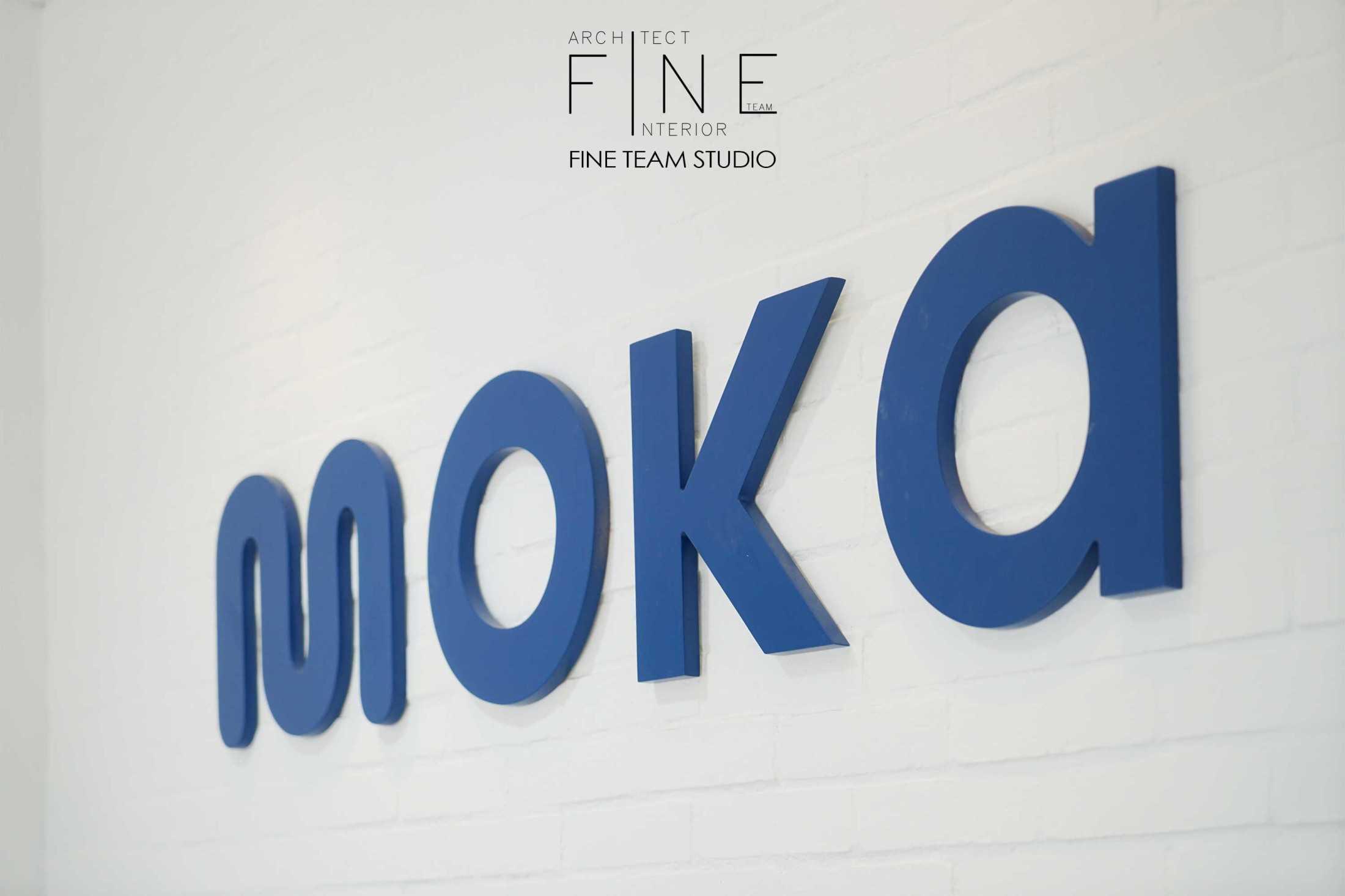 Foto inspirasi ide desain kantor industrial Logo oleh Fine Team Studio di Arsitag
