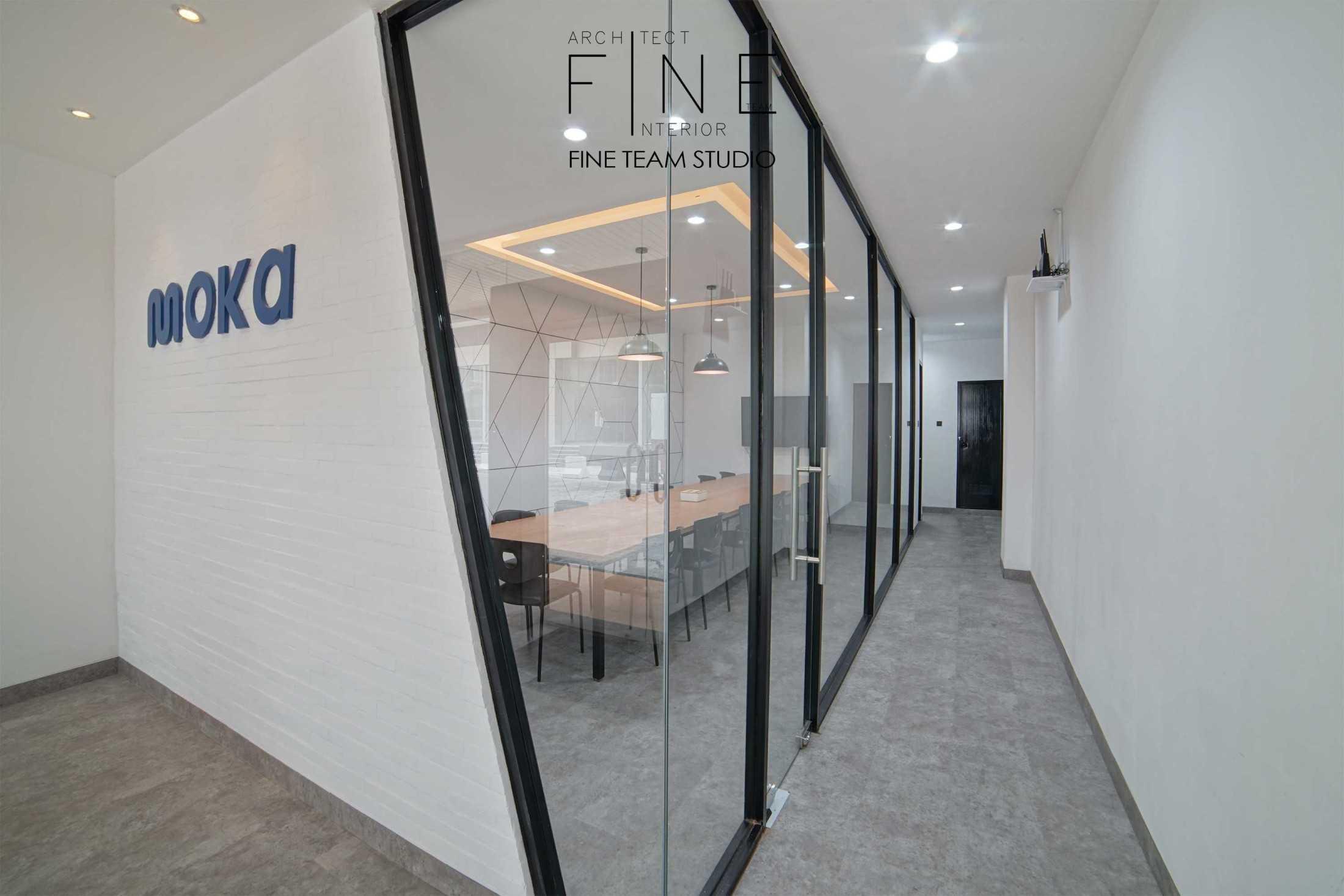 Foto inspirasi ide desain koridor dan lorong industrial Corridor room oleh Fine Team Studio di Arsitag