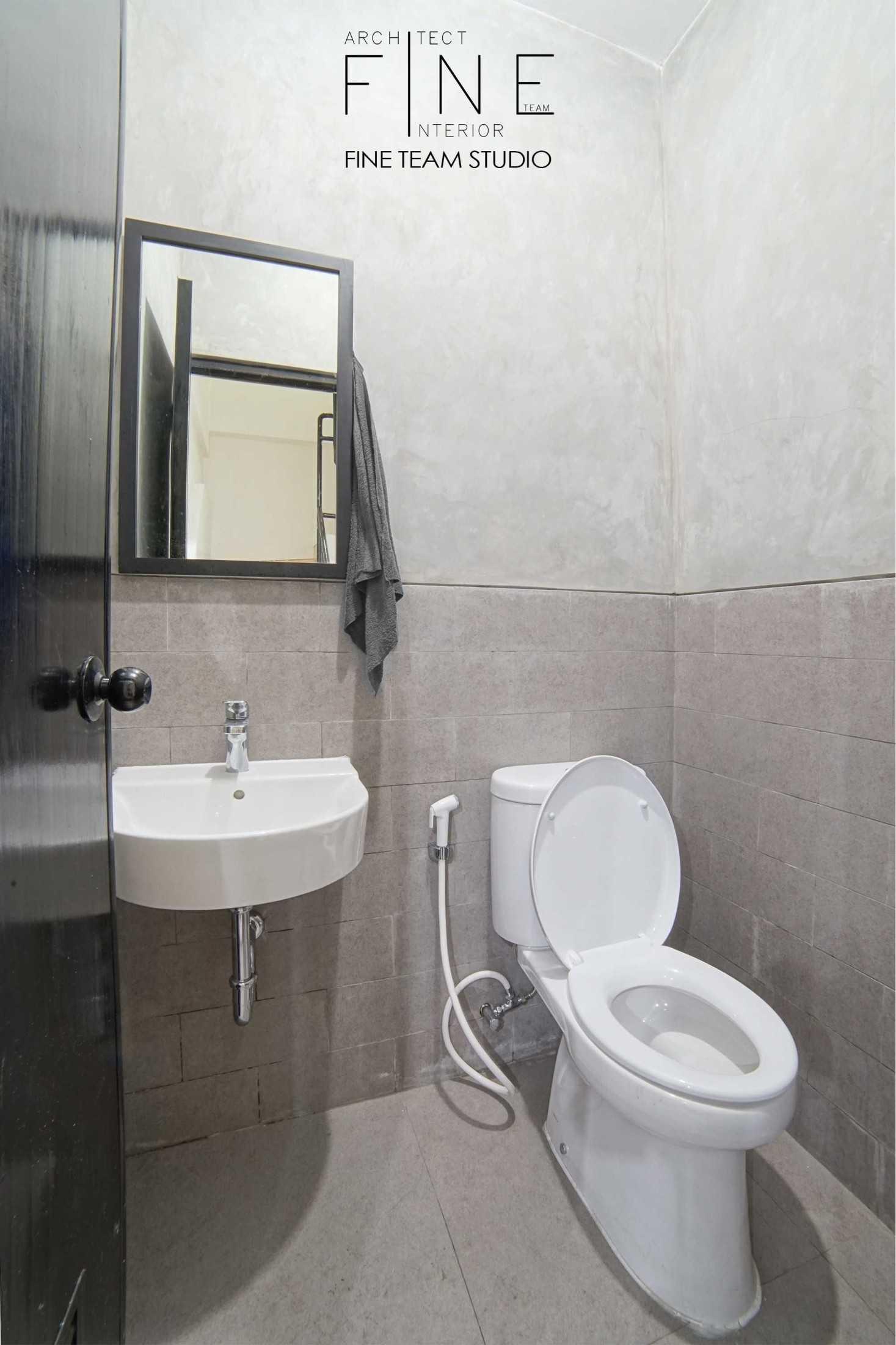 Foto inspirasi ide desain kamar mandi industrial Toilet oleh Fine Team Studio di Arsitag