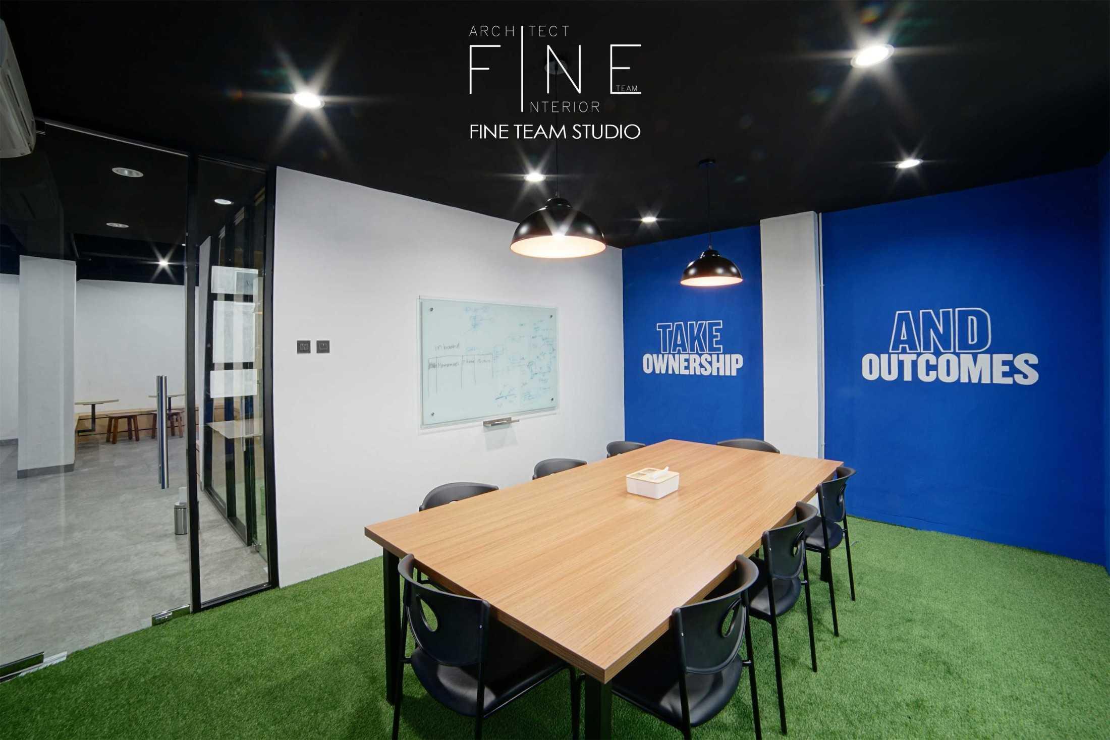 Foto inspirasi ide desain ruang meeting tradisional Meeting room oleh Fine Team Studio di Arsitag