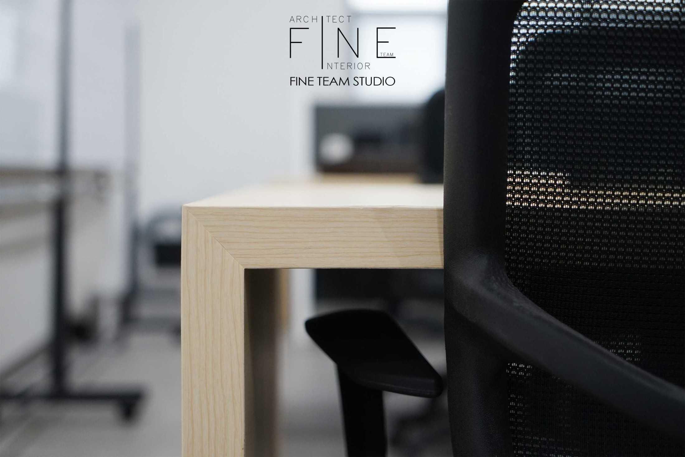 Foto inspirasi ide desain ruang kerja tradisional Working area oleh Fine Team Studio di Arsitag