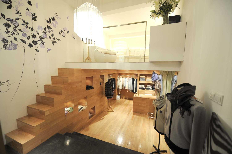 Foto inspirasi ide desain display area minimalis Summer store oleh TAU Architect di Arsitag