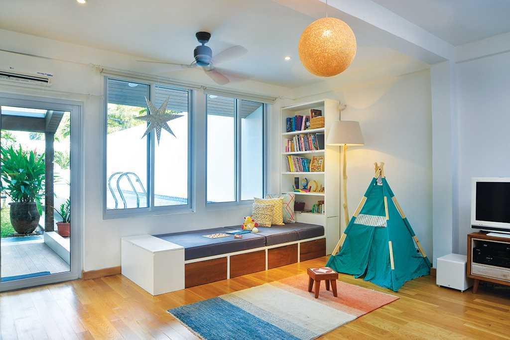 Foto inspirasi ide desain ruang keluarga tropis Family room oleh TAU Architect di Arsitag