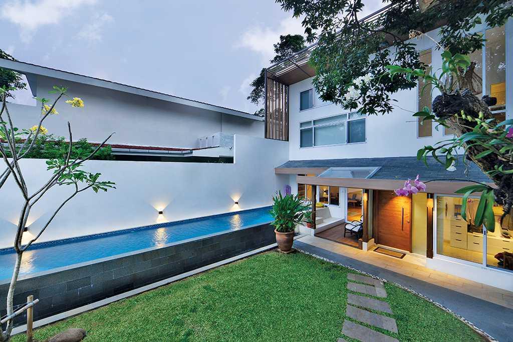 Foto inspirasi ide desain rumah tropis Swimming pool oleh TAU Architect di Arsitag