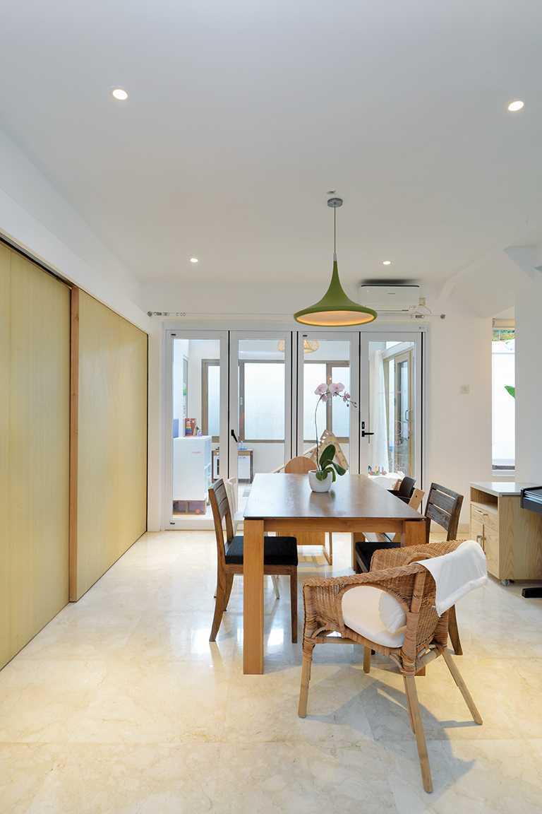Foto inspirasi ide desain ruang makan tropis Dining room oleh TAU Architect di Arsitag
