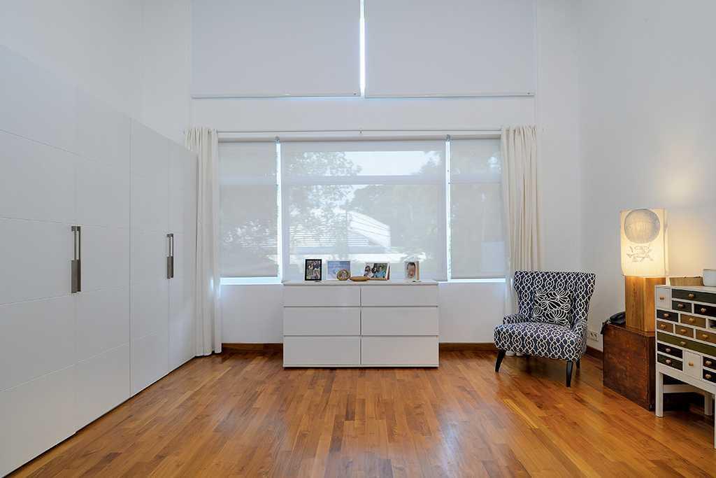 Foto inspirasi ide desain kamar tidur tropis Bedroom oleh TAU Architect di Arsitag