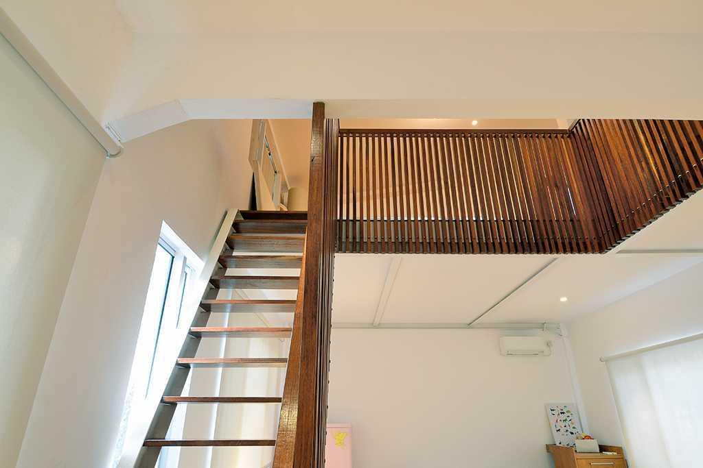 Foto inspirasi ide desain tangga tropis Stairs oleh TAU Architect di Arsitag