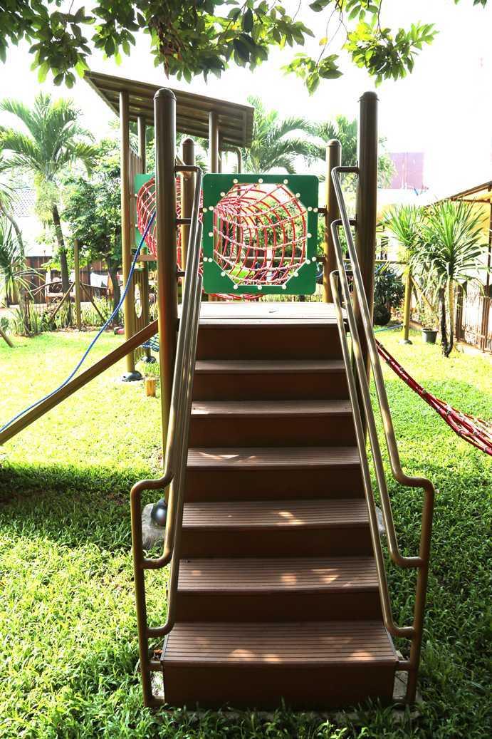 Foto inspirasi ide desain taman tropis Montessori oleh TAU Architect di Arsitag