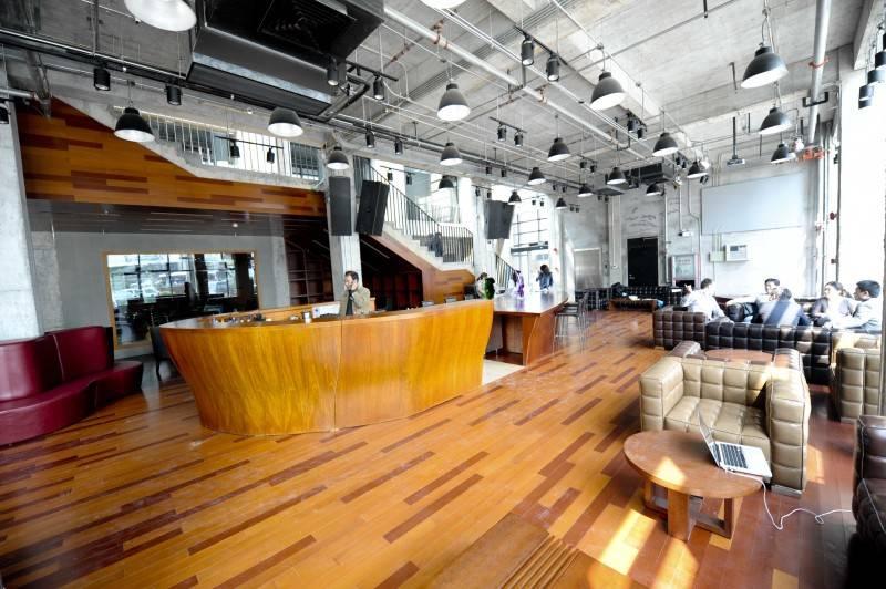 Foto inspirasi ide desain lobby industrial Dst9789 oleh TAU Architect di Arsitag