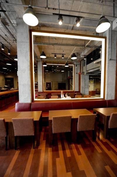 Foto inspirasi ide desain ruang makan industrial Dining area oleh TAU Architect di Arsitag