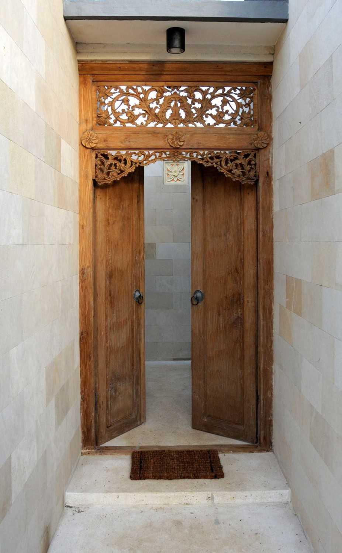 Foto inspirasi ide desain pintu masuk klasik Deans-place-dhs9850a oleh Dedy di Arsitag