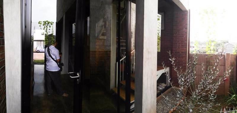 Foto inspirasi ide desain pintu masuk industrial Rumah-kecil-8 oleh AKANOMA YU SING di Arsitag