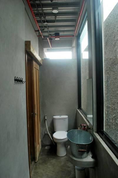 Akanoma Yu Sing Rumah Kecil At Ozone Residence Bintaro, South Jakarta, Indonesia Bintaro, South Jakarta, Indonesia Bathroom-2 Industrial 3945