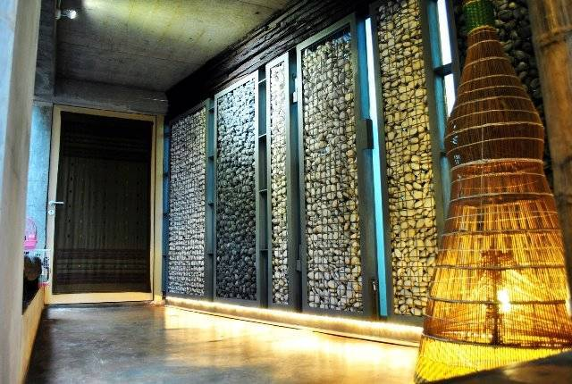 Foto inspirasi ide desain koridor dan lorong tropis Selasar-menuju-rg oleh AKANOMA YU SING di Arsitag