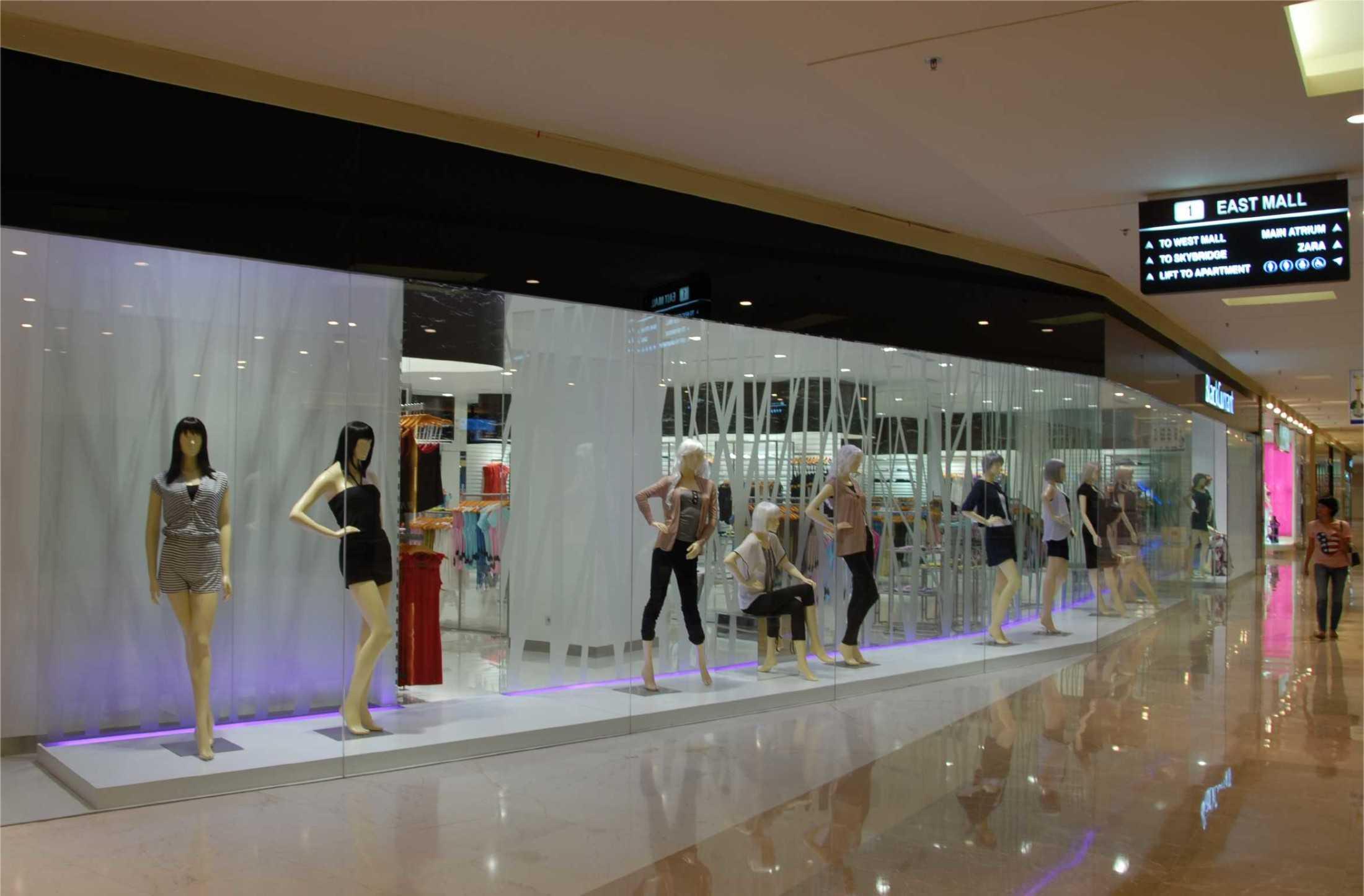 Foto inspirasi ide desain display area kontemporer Ads-architect-black-currant oleh ADS Architect di Arsitag
