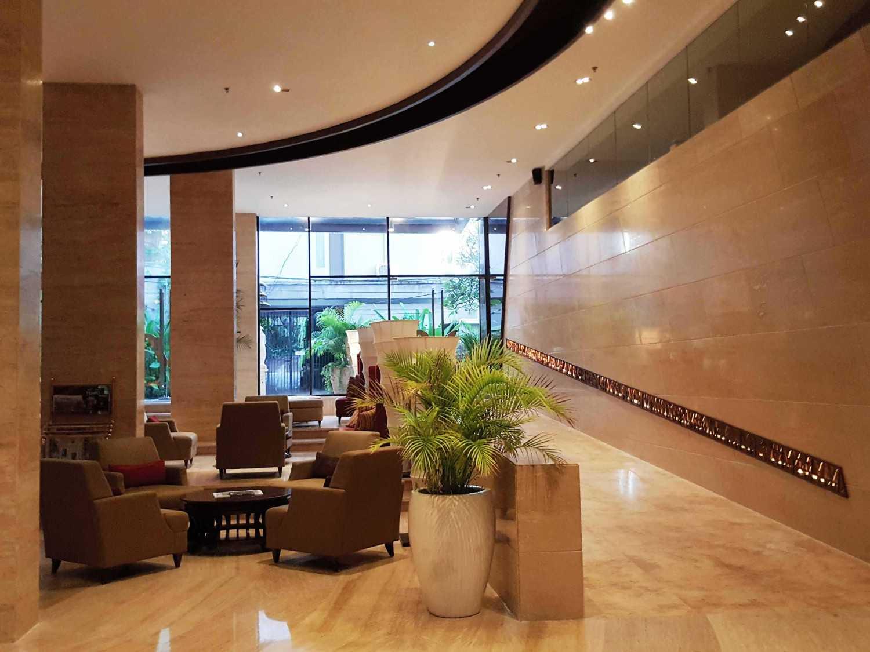 Foto inspirasi ide desain lobby minimalis Lobby area oleh Monokroma Architect di Arsitag