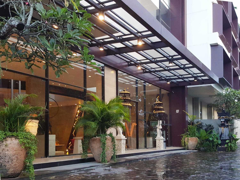 Foto inspirasi ide desain pintu masuk minimalis Entrance area oleh Monokroma Architect di Arsitag